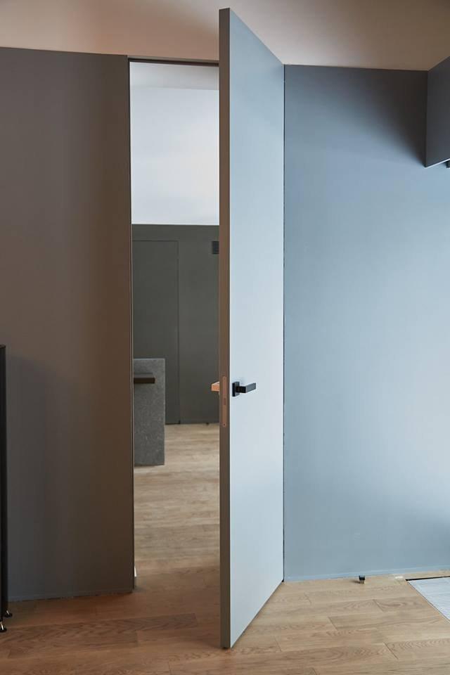 Сірі двері на прихованому коробі