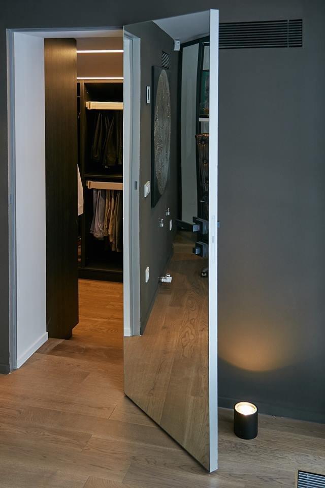 Зеркальная дверь на алюминиевой коробке