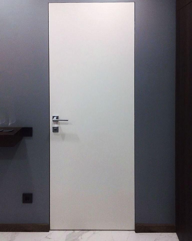Білі двері без лиштви