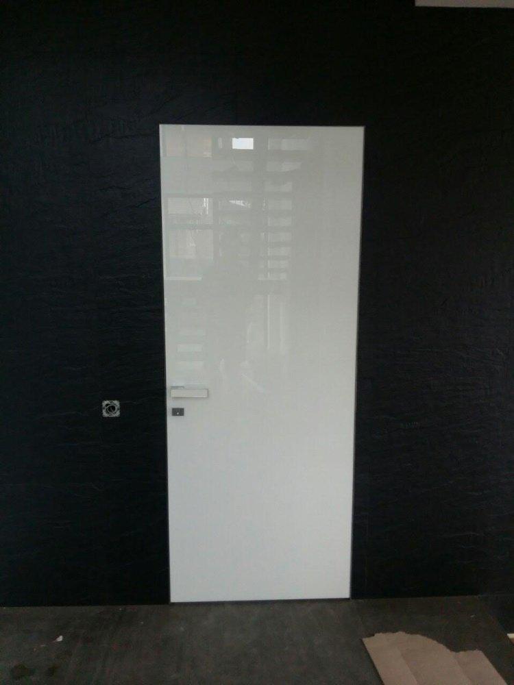 Двери скрытого монтажа со стеклом лакобель белое Invisible - Межкомнатные двери — фото №11