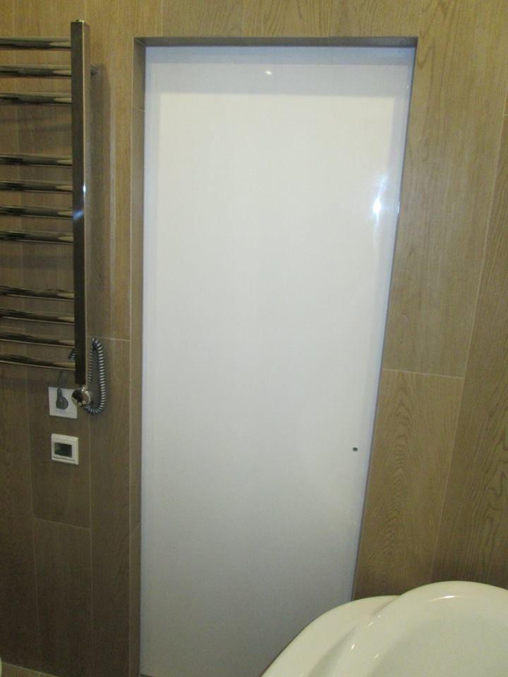Двери скрытого монтажа со стеклом лакобель белое Invisible - Межкомнатные двери — фото №1