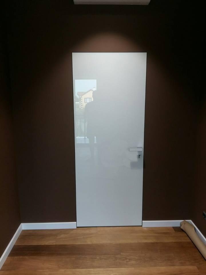 Двери скрытого монтажа со стеклом лакобель белое Invisible - Межкомнатные двери — фото №3