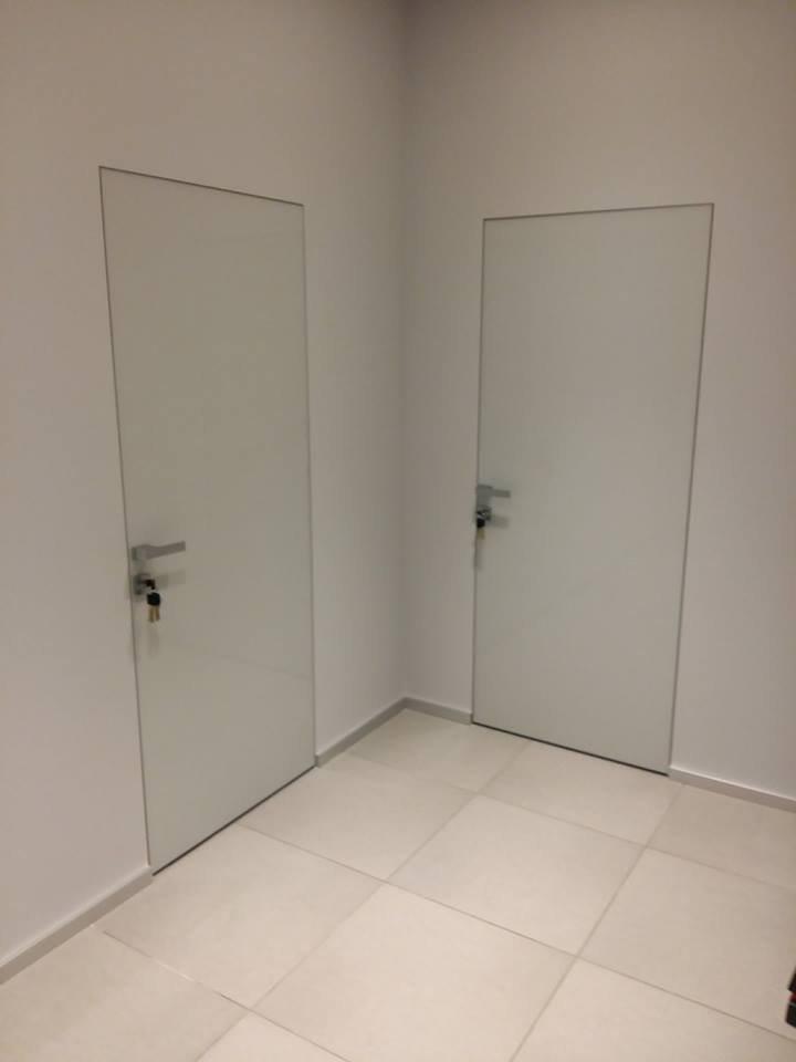 Двери скрытого монтажа со стеклом лакобель белое Invisible - Межкомнатные двери — фото №4