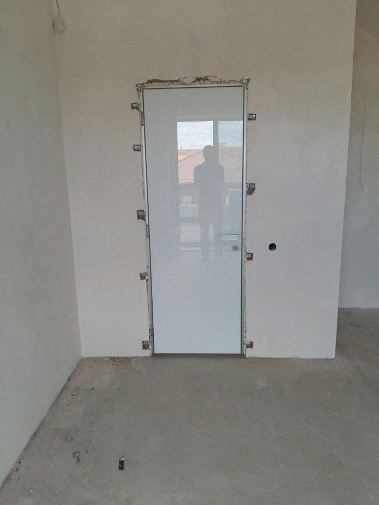 Двери скрытого монтажа со стеклом лакобель белое Invisible - Межкомнатные двери — фото №9
