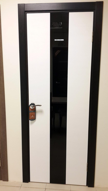 Белые двери с черным стеклом и черными наличниками